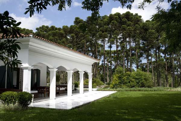 entrada lateral com varanda na casa branca gramado eventos