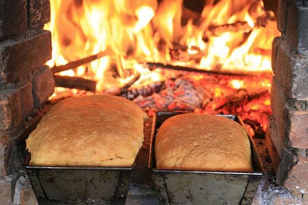 Pães são assados na Casa do Colono aos sábados